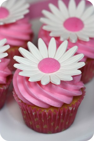 gumpaste daisy cupcake close up
